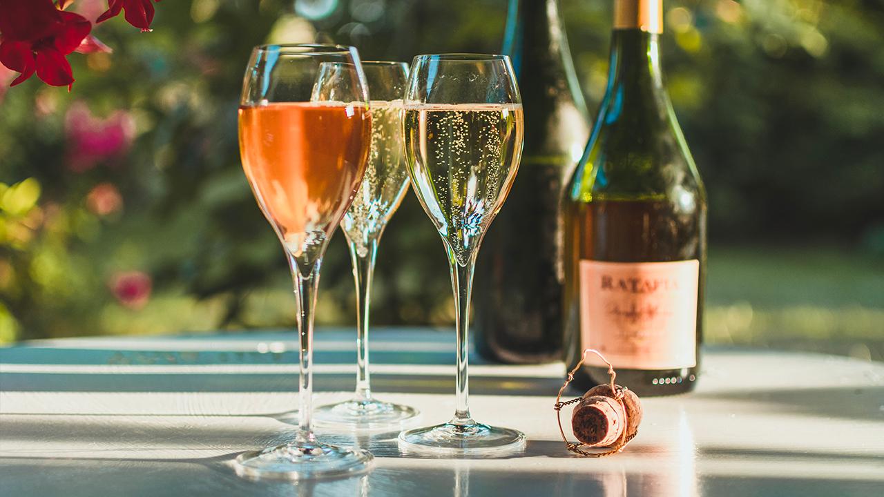 Dégustation de deux coupes de Champagne, Charly-sur-Marne